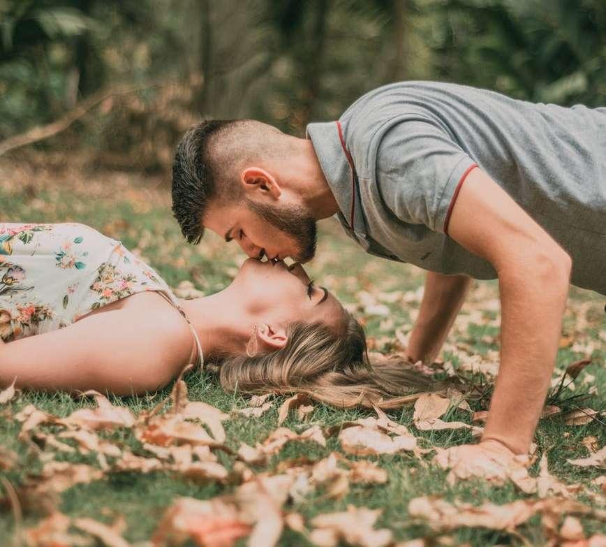 Bedeutung frau mann stirn küsst auf Kuss auf